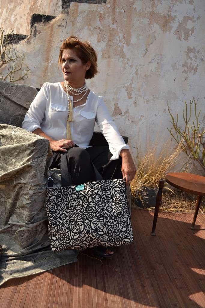 Modelo con bolso de tela tipo travelbag de la serie malaquita de Farobag