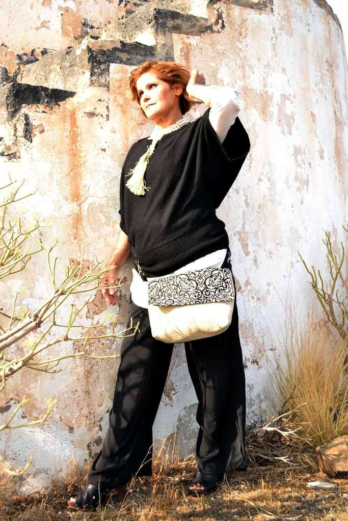 Modelo con bolso de tela tipo bandolera-riñonera solapa de la serie malaquita de Farobag