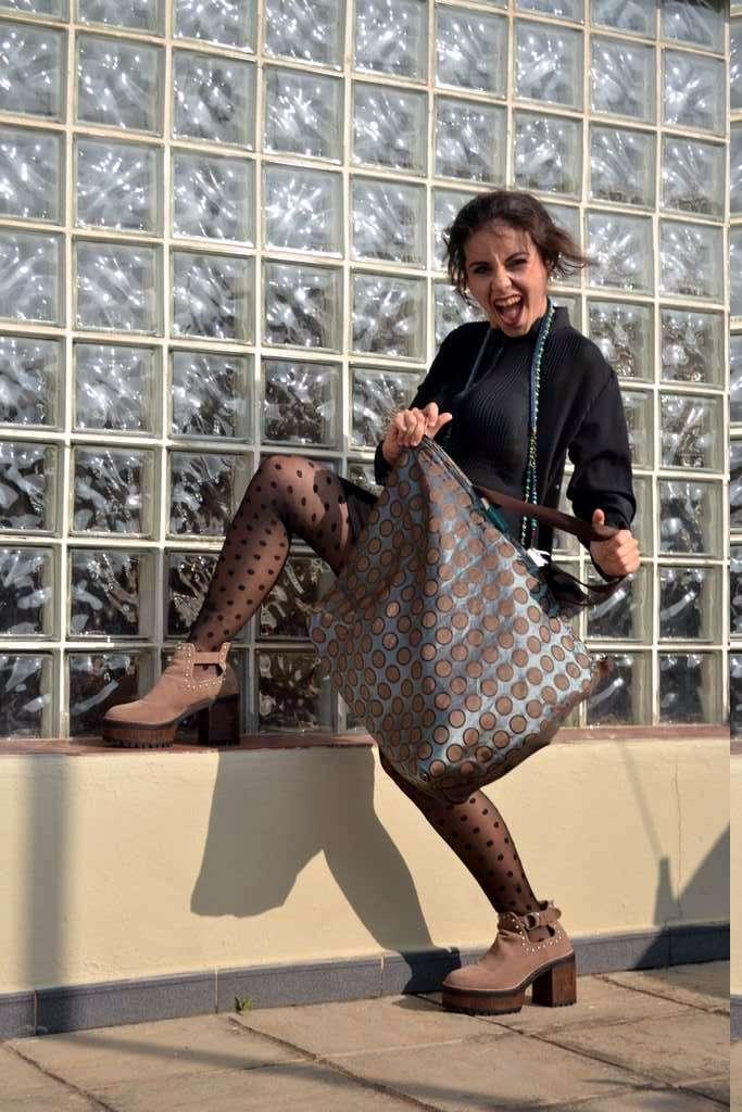 Modelo con bolso de tela tipo travelbag XL de la serie fluorita de Farobag