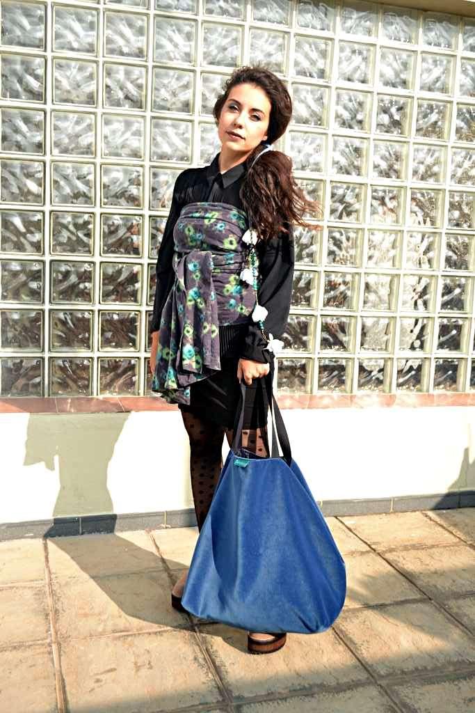 Modelo con bolso de tela tipo travelbag de la serie fluorita de Farobag