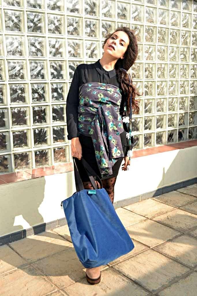 Modelo con bolso de tela tipo travelbag de la serie fluorita y capa de Farobag