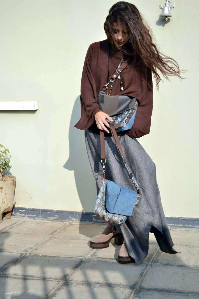 Modelo con bolso de tela tipo bandolera-riñonera solapa de la seriefluorita y capa de Farobag