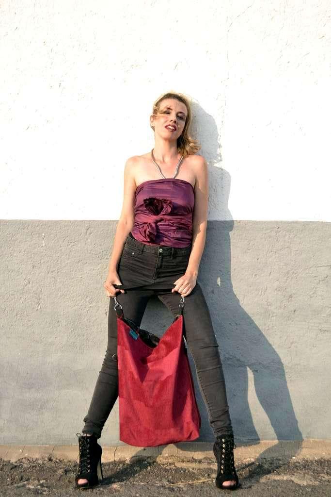 Modelo con bolso de tela tipo totebag de la ópalo y top de Farobag