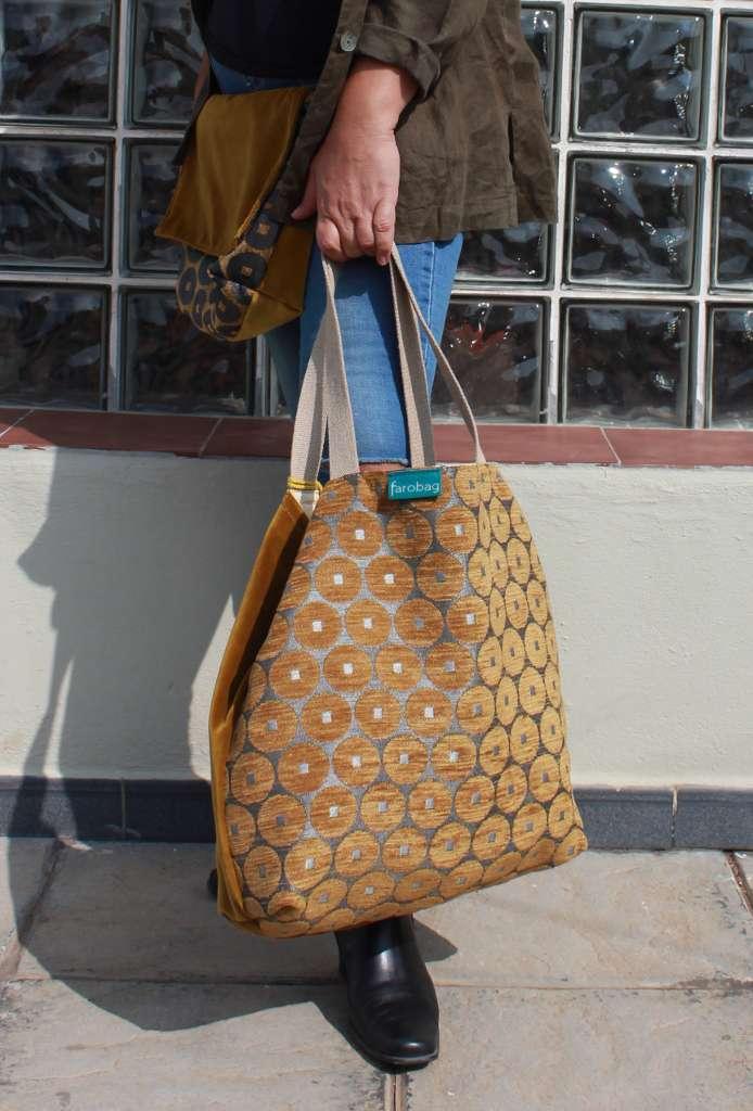 Modelo con bolso de tela tipo travelbag de la ámbar de Farobag