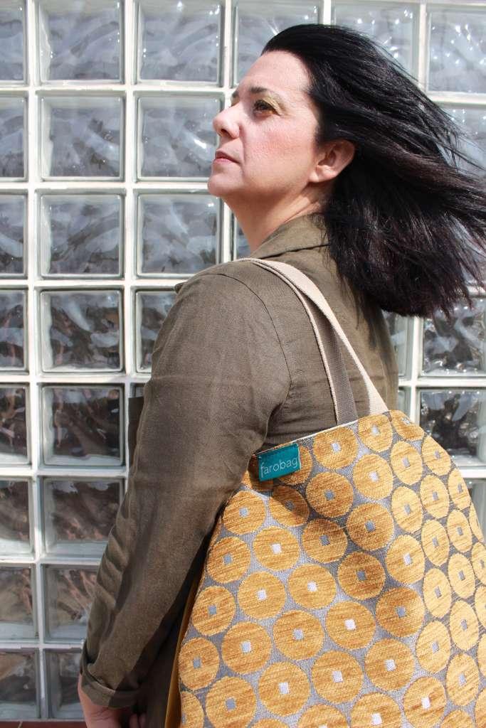 Modelo con bolso de tela tipo tavelbag de la serie ámbar de Farobag