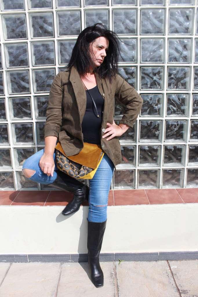 Modelo con bolso de tela tipo bandolera-riñonera solapa de la serie ámbar de Farobag