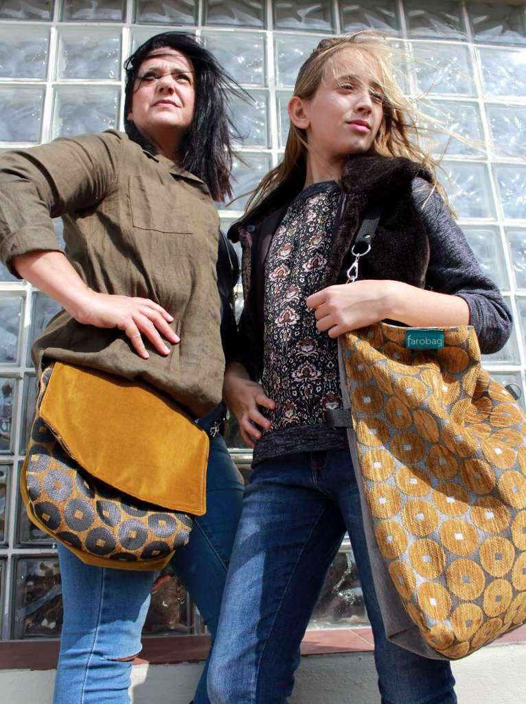 Dos modelos, una con bolso de tela tipo bandolera otra con totebag de la serie ámbar de Farobag