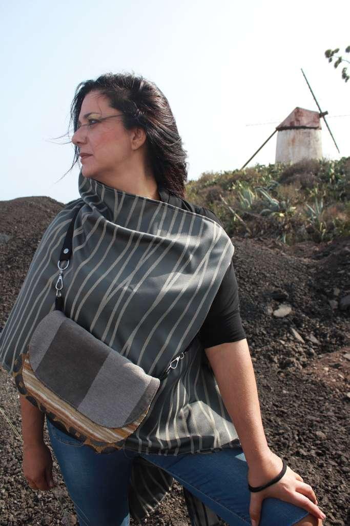 Modelo con bolso de tela tipo bandolera redonda de la serie ámbar de Farobag