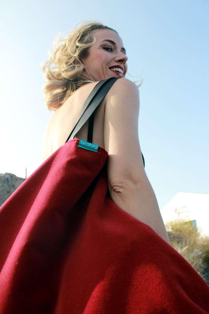 Modelo con bolso de tela tipo travelbag XL de la serie ópalo de Farobag