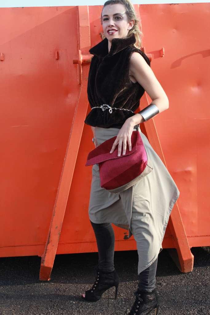Modelo con bolso de tela tipo bandolera-riñonera de la serie ópalo y capa de Farobag