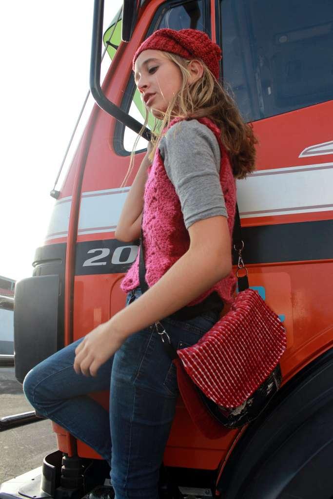 Modelo con bolso de tela tipo bandolera de la serie ópalo de Farobag