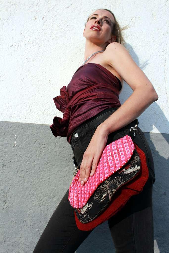 Modelo con bolso de tela tipo bandolera-riñonera de la serie ópalo y top de Farobag