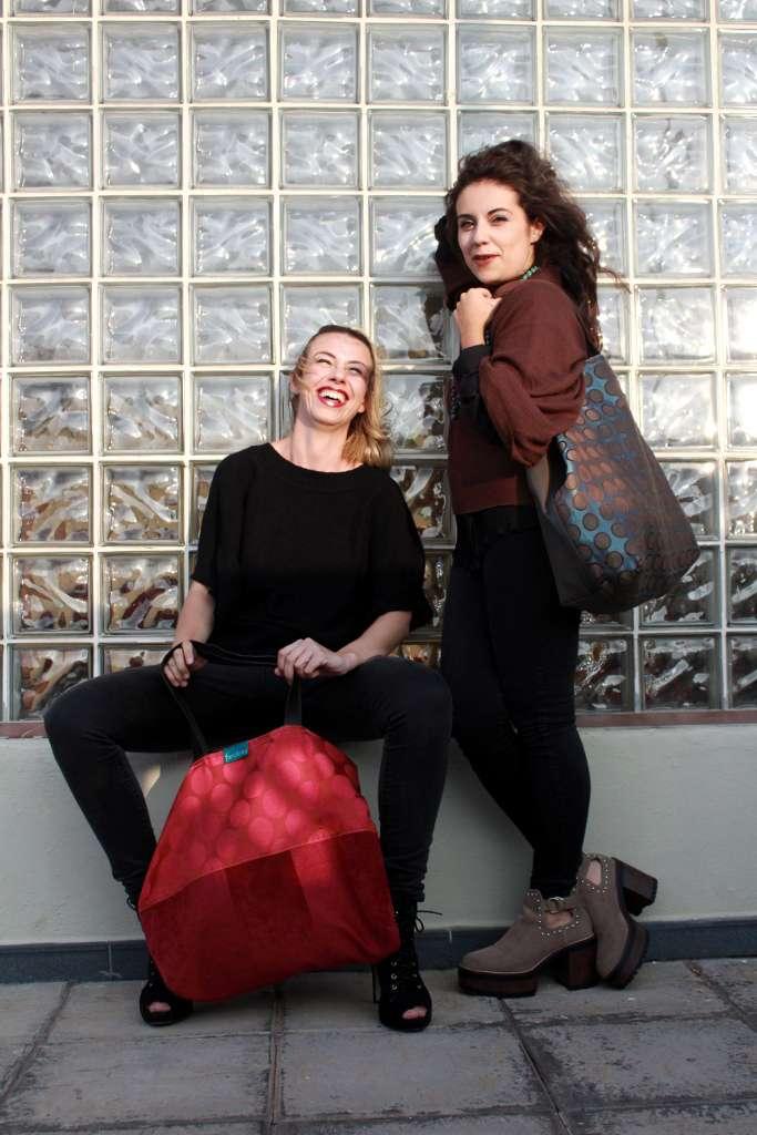 Dos modelos con bolso de tela tipo travelbag XL óplao y travelbag XL fluorita