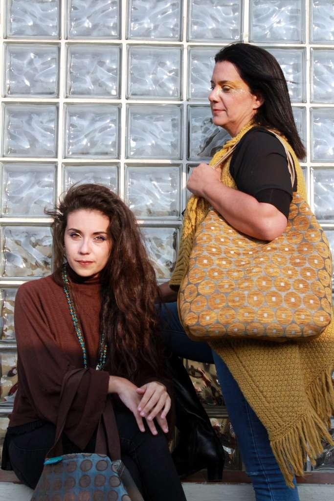 Dos modelos con bolso de tela tipo travelbag XL fluorita y travelbag XL ámbar