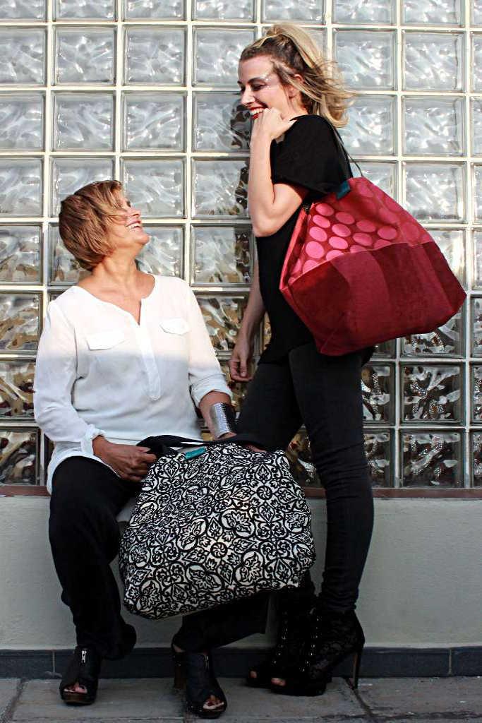 Dos modelos cno bolso de tela tipo travelbag XL malaquita y travelbag XL de la serie ópalo de Farobag