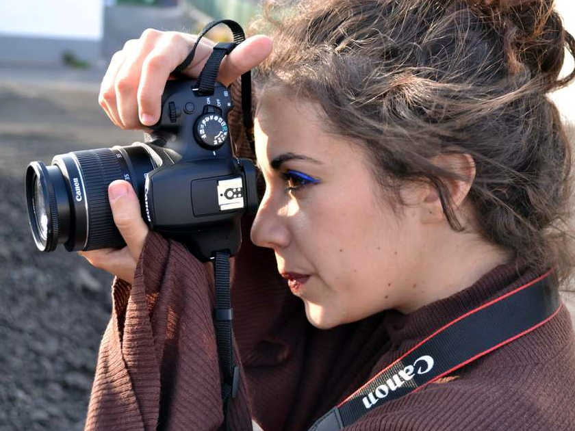 Beatriz sujetando la cámara para buscar en encuadre óptimo