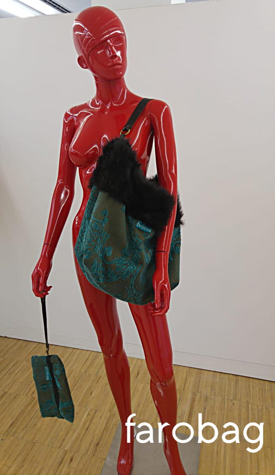 Maniquí rojo con bolso de Farobag