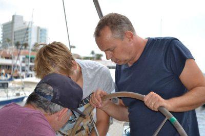El Capitán y sus ayudantes preparan el barco