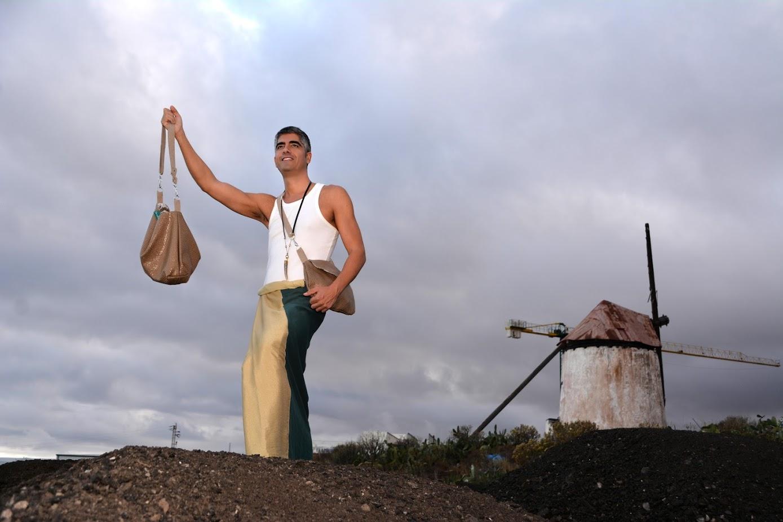 Bandolera cuadrada colgando del hombro y Citybag en mano de la colección Arenas del Desierto