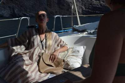 Modelo con bandolera eedonda Bandolera Cuadrada y túnicas de la colección Arenas del Desierto