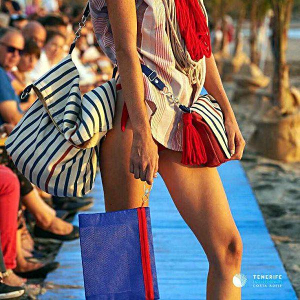 Modelo con Totebag 3 posiciones en una pasarela de moda