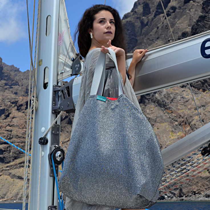 Modelo con Beach Bag XXL de la serie Playa de la Arena de Farobag