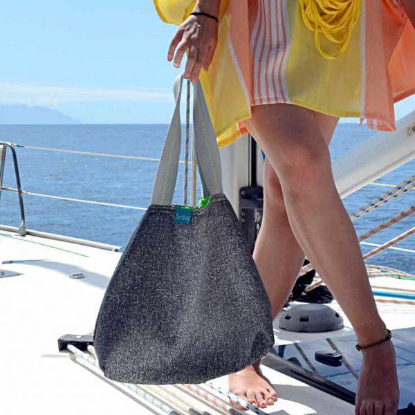 Modelo sujeta un City Bag de la serie Playa de la Arena de Farobag