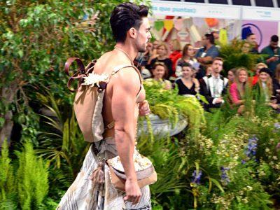 Modelo con mochila y riñonera