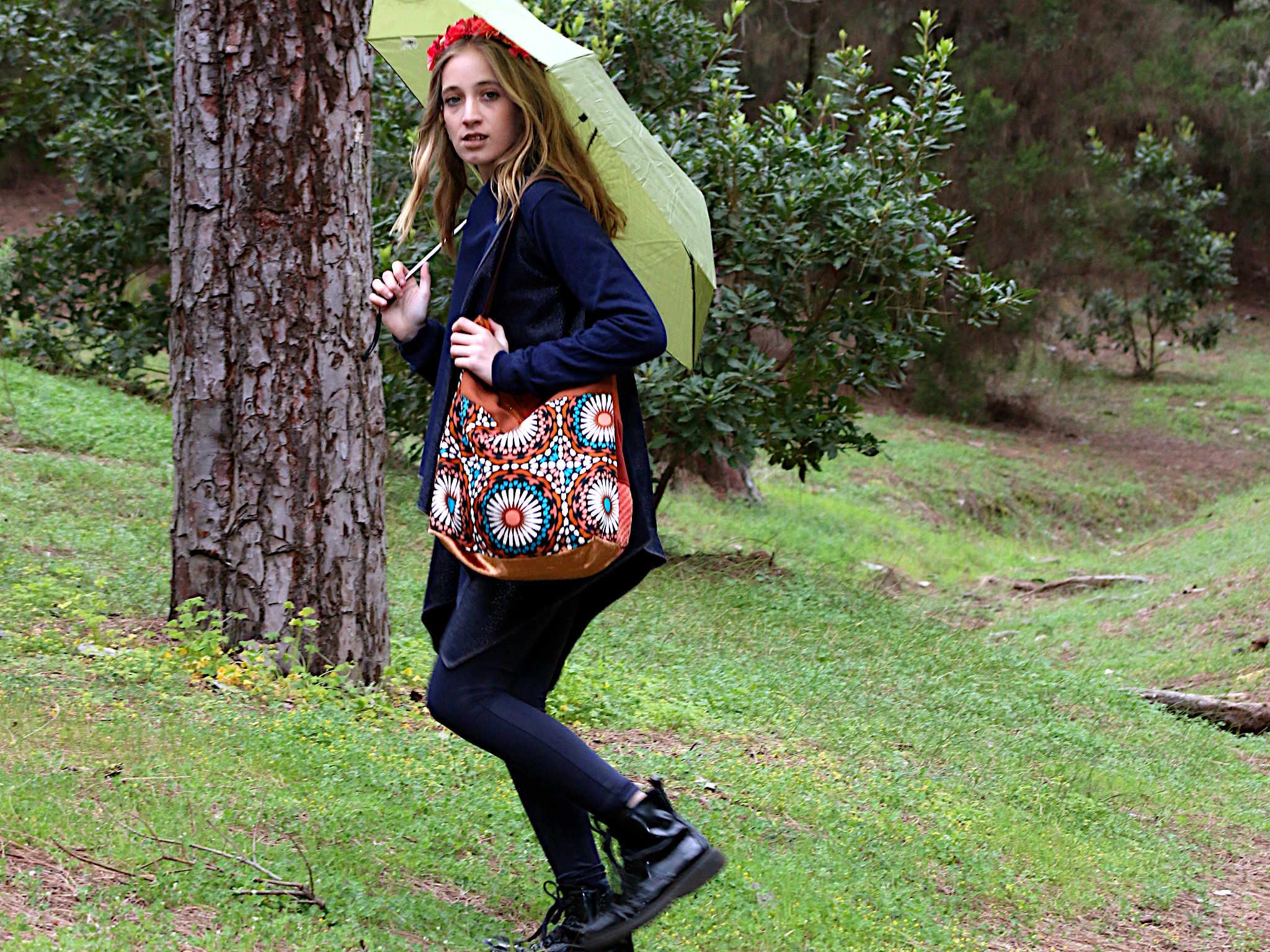 Mujer con bolso de tela de la serie Tango sujetando un paraguas