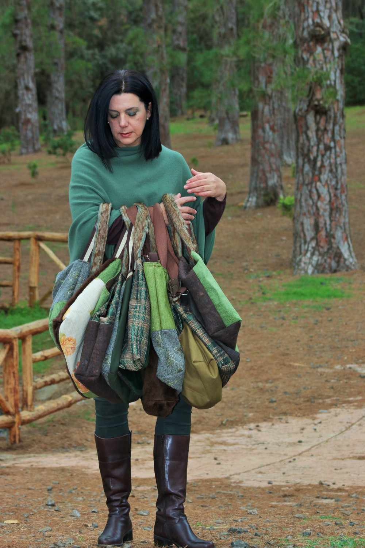 Modelo sujeta varios bolsos de tela d ela serie copla