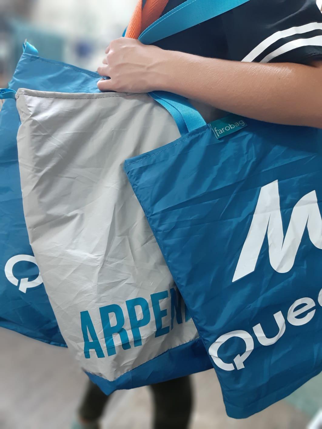 Bolsas hechas con tindas de campaña desechadas