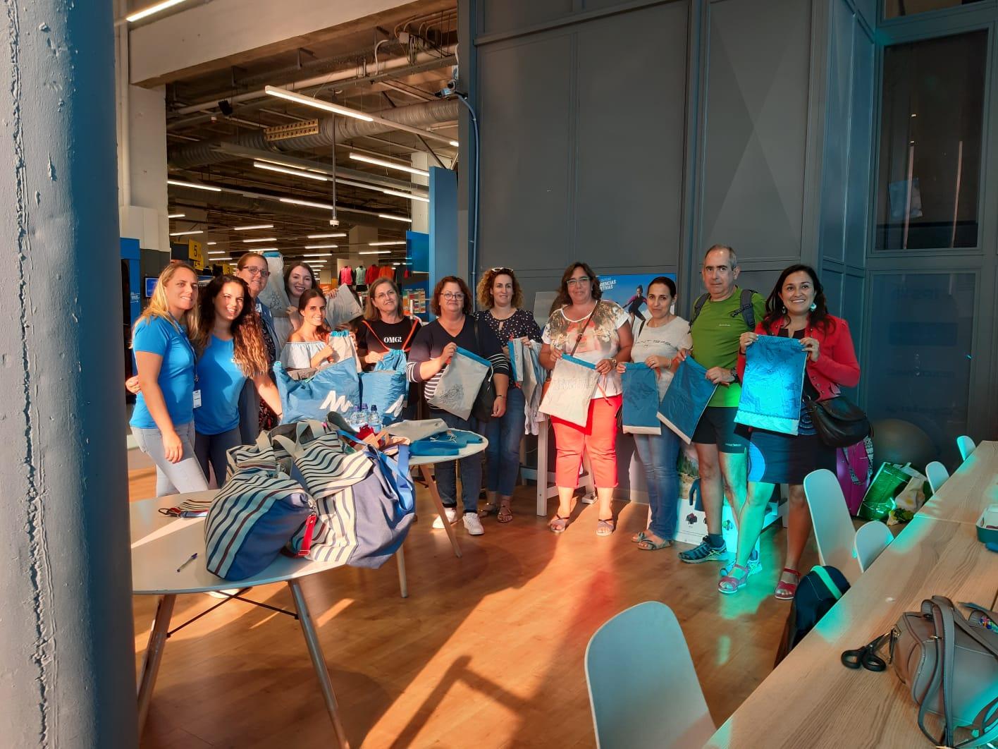 Participantes en el taller de costura con material reciclado