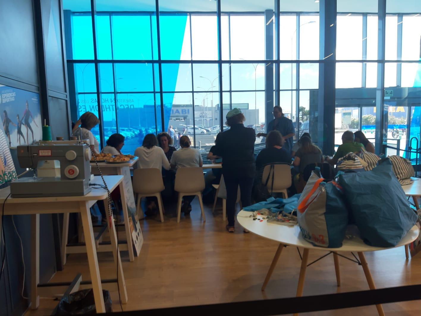 Participantes del taller de costura fabricando sus bolsas con material reciclado