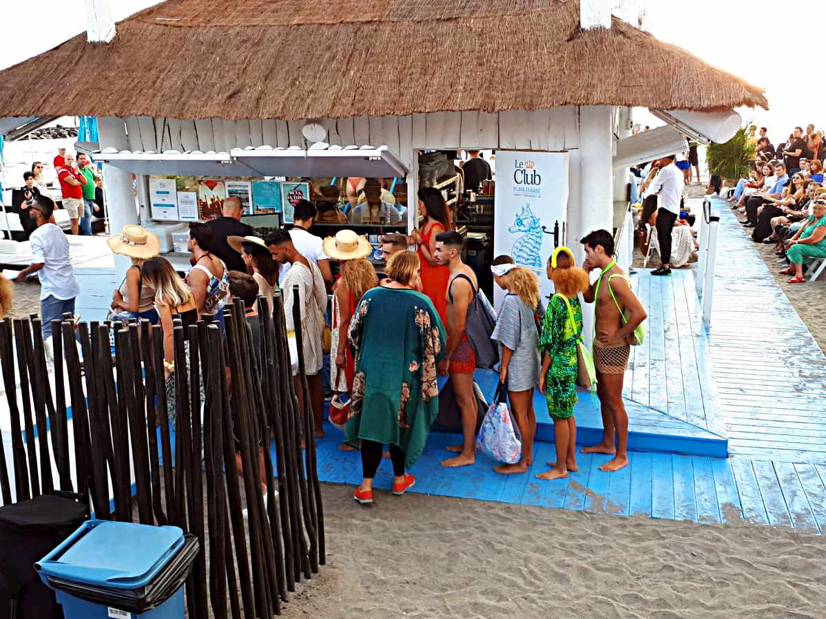 Modelos esperando su turno para desfilar por la pasarela de modacon bolsos y ropa de playa de Farobag