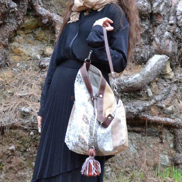 Modelo sujeta un bolso de farobag modelo Totebag 3 posiciones de la serie Mambo