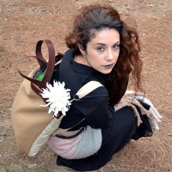 Modelo con mochila de la serie Mambo de farobag