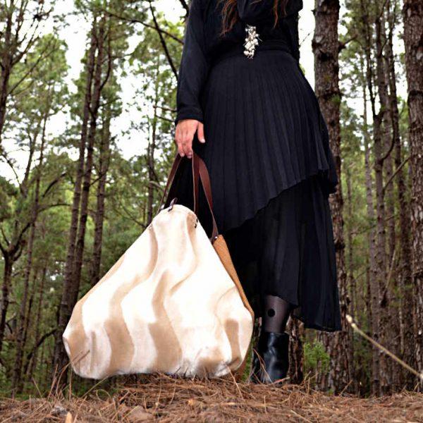 Modelo sujeta un Travelbag de la serie mambo de Farobag