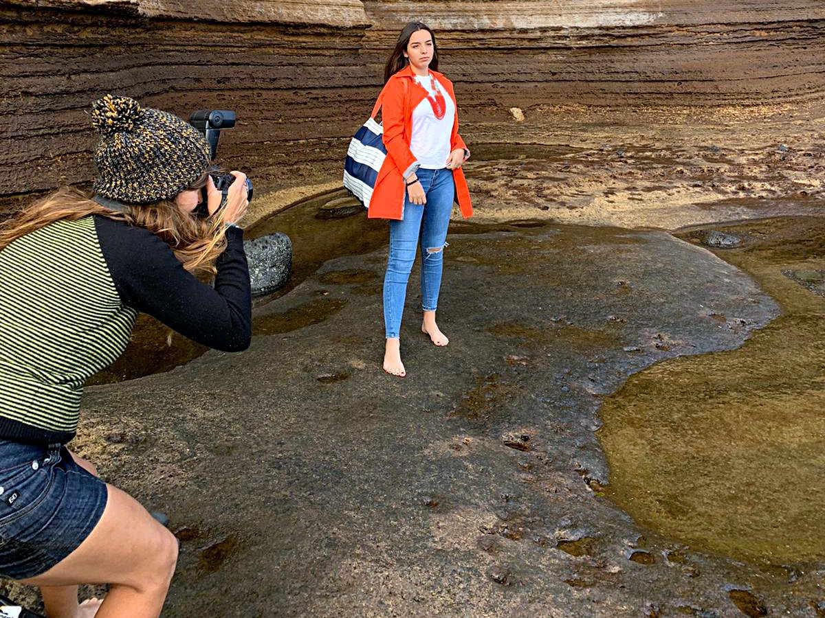 La fotografa Begoña Alonso en la sesión de fotos verano 2020 de farobag