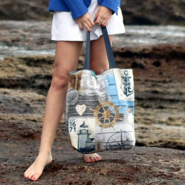 Modelo sujeta un City Bag de la serie Roque Bermejo de Farobag