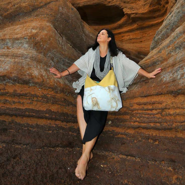 Modelo con tote bag de dos bolsillos de la serie Tabaiba de Farobag