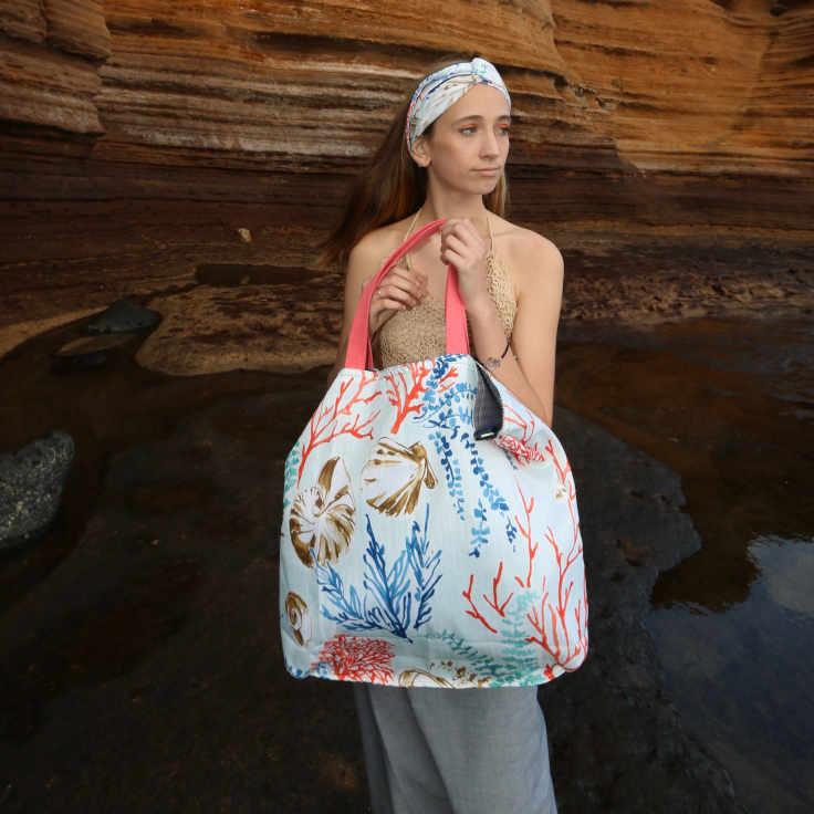 Modelo con un bolso de playa de la serie Almáciga de Farobag
