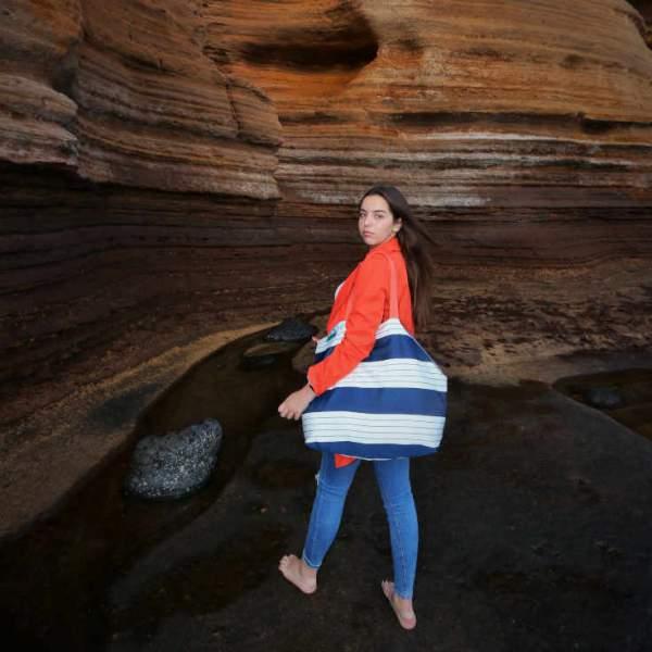 Modelo con un beachbag de la serie Almáciga de Farobag