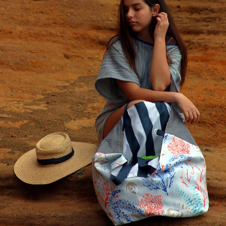 Modelo con un bolso de playa XL reversible de la serie Almáciga de Farobag