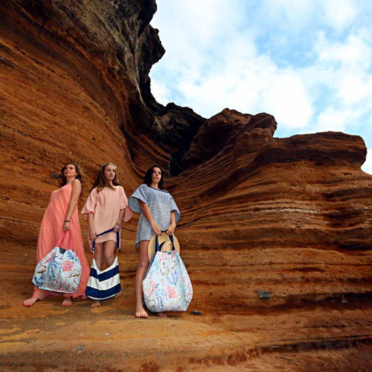 3 modelos con bolsos y ropa de la serie Almáciga de Farobag