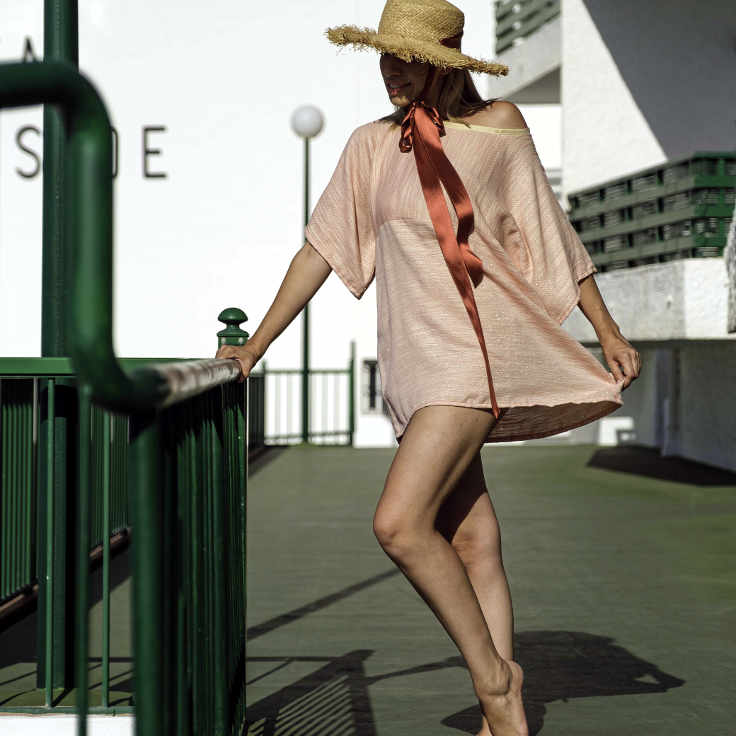 Modelo con vestido de manga de la serie New Atlántico de Farobag