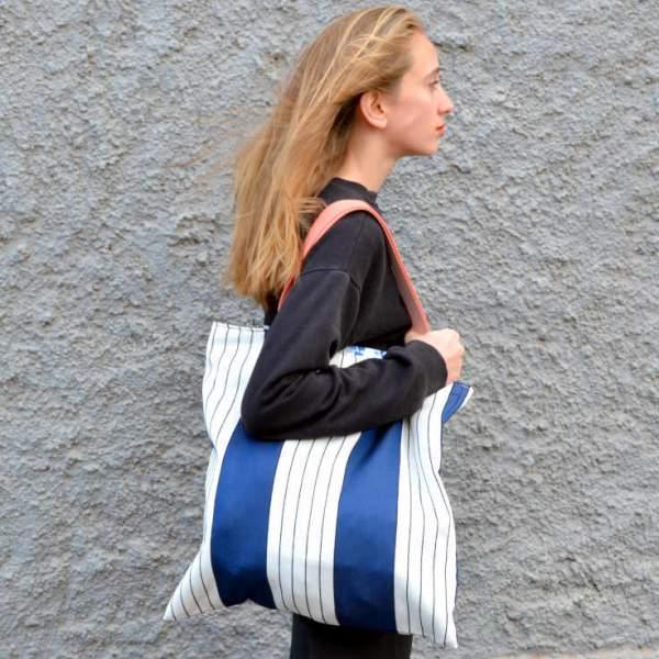 Chica con bolso citybag de la serie Almáciga de Farobag