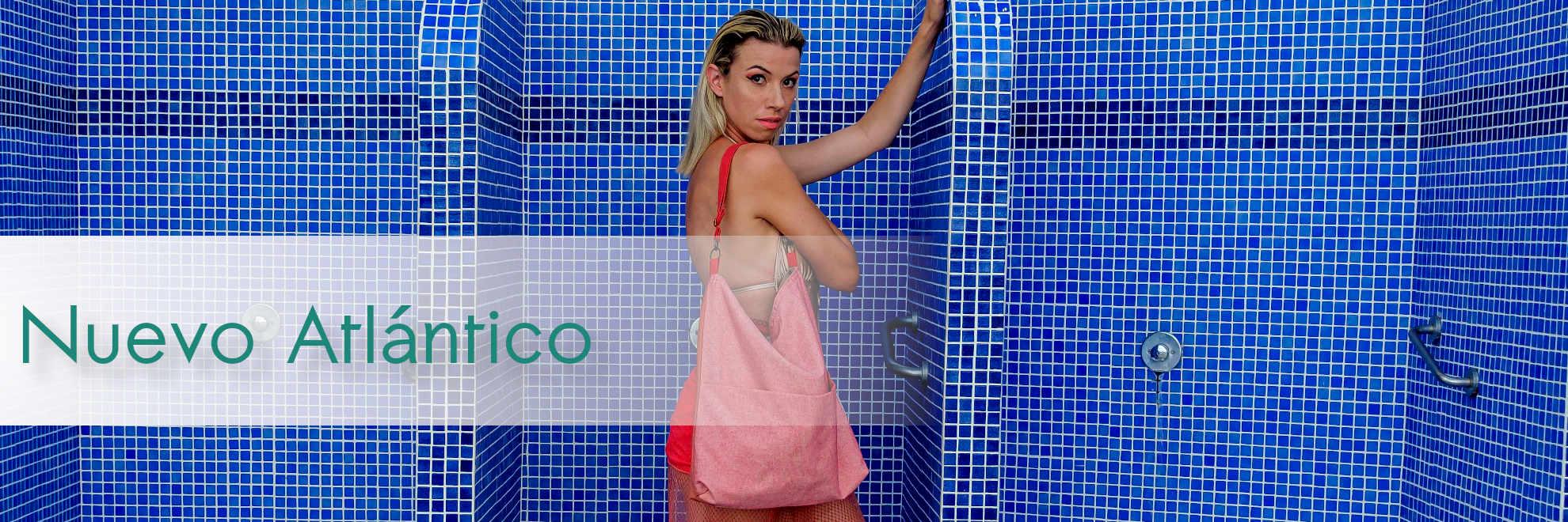 Modelos con bolsos de tela de la serie Nuevo Atlántico de Farobag