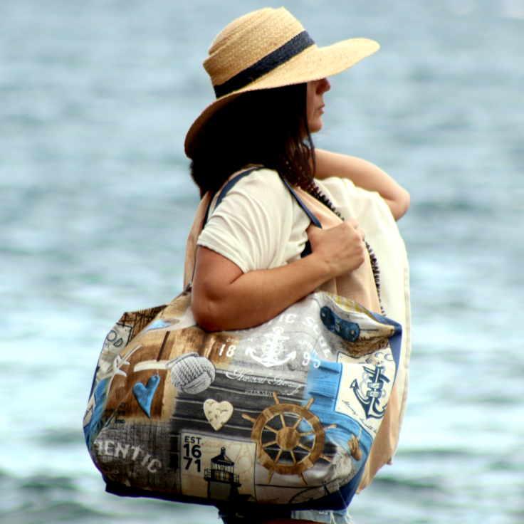 Modelo con bolso de playa de la serie Roque Bermejo de farobag