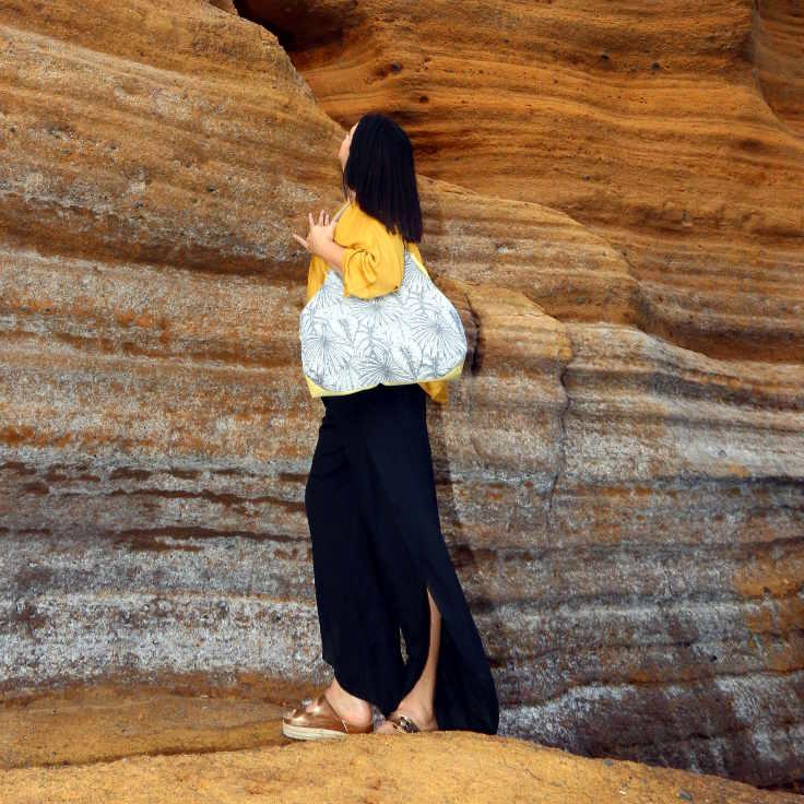 Modelo delante de la roca colorada de Montaña Amarilla con bolso de Farobag