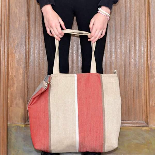 Manos sujetando un citybag de la serie Nuevo Atlántico de Farobag